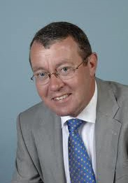Mr. J. de Haan (Hans, 1952) studeerde fiscaal recht in Leiden. Na voltooiing van zijn studie was hij achtereenvolgens werkzaam bij de Belastingdienst als inspecteur der directe belastingen (10 jaar), als bedrijfsfiscalist bij het toenmalige KPN (10 jaar) en als belastingadviseur bij KPMG Meijburg & Co (ruim 11 jaar). Sedert augustus 2010 is hij zelfstandig belastingadviseur. Hij is specialist op het terrein van de loonheffingen en de inkomstenbelasting. Sinds 2005 is hij tevens docent bij de capaciteitsgroep Fiscaal Recht van de Erasmus School of Law (Erasmus Universiteit Rotterdam). Hij spreekt veelvuldig op seminars en publiceert regelmatig in fiscale vaktijdschriften.